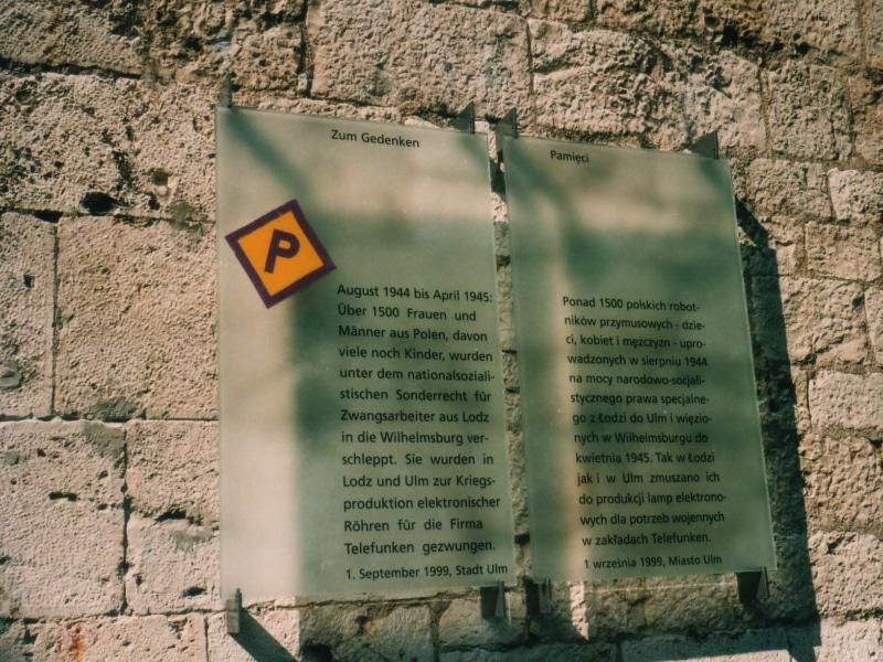 Gedenktafel für die polnischen Zwangsarbeiter*innen von Telefunken an der Wilhelmsburg in Ulm.